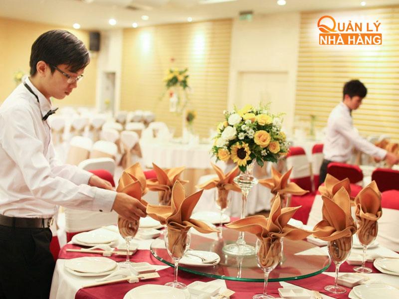 Nhân viên nhà hàng cần chuẩn bị sẵn tinh thần trước khi đón khách