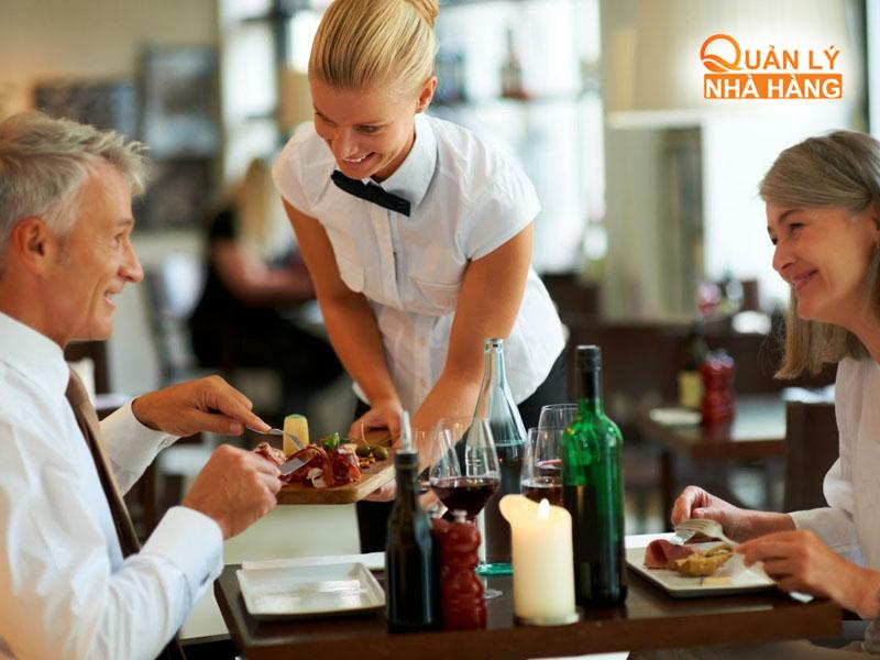 Đưa khách hàng vào bàn sắp xếp dụng cụ ăn uống