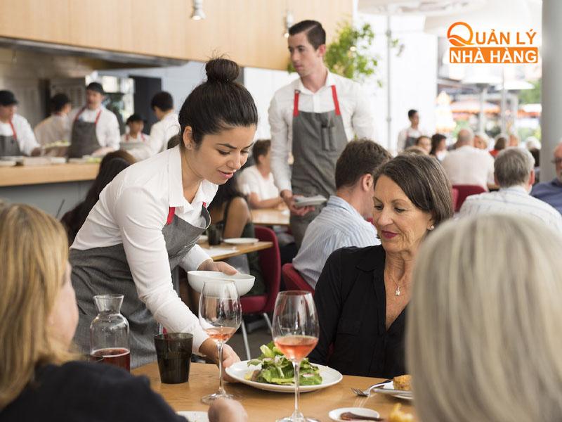 Nhân viên order món ăn cho khách hàng cụ thể